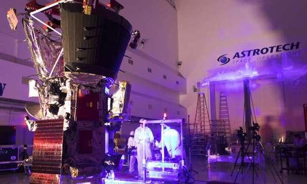 صورة لفنيين ومهندسين يجرون اختبار شريط الضوء على مسبار باركر الشمسي في منشأة أستروتك للمعالجة في تيتوسفيل- فلوريدا، بالقرب من مركز كنيدي للفضاء التابع لوكالة ناسا، في يوم الثلاثاء بتاريخ 5 يونيو/حزيران 2018. ستطلق المركبة الفضائية على صاروخ دلتا 4 الثقيل التابع لشركة يونايتد ألاينس من مجمع الفضاء 37 في محطة كيب كانافيرال الجوية في فلوريدا. ستحلق المركبة عبر الغلاف الجوي للشمس (الهالة)، وستقوم بأخذ قياساتٍ وصورٍ ستحدث ثورةً في فهمنا للهالة الشمسية وللعلاقة بين الأرض والشمس. حقوق الصورة: NASA/Johns Hopkins APL/Ed Whitman