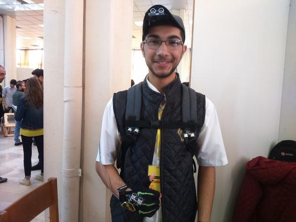 قدم خالد مكية ومحمد رشيد مشروعاً يدعى ربط الإنسان بالآلة human linking machine يهدف لمساعدة المكفوفين لتجاوز العوائق التي يواجهونها بشكل يومي عن طريق تنبيهات صوتية أو اهتزازية عند الوصول إلى عائق أو حاجز ما.
