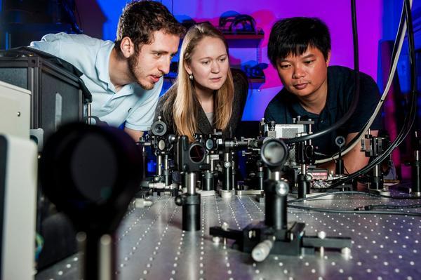 من اليسار غليب أكسليرود، ميكن ميكيلسن، تشانغ هوانغ. المصدر: جامعة ديوك.