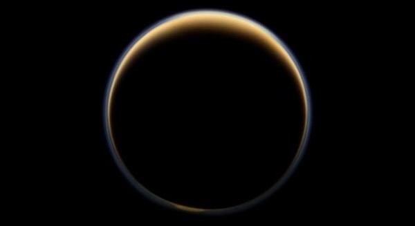 تبدو المركبة الفضائية كاسيني التابعة لناسا مواجهة للجانب المظلم لأكبر أقمار زحل ويشاهد تشتت ضوء الشمس عبر السطح الخارجي للغلاف الجوي لتيتان مشكلًا حلقة من الألوان. ويمكن لتفكك الميثان إلى الهيدروجين والأكسجين الذي حصل على تيتان أن يكون قد حصل على المريخ أيضًا. لتخلق إضافة الهيدروجين إلى مزيج الميثان وثاني أكسيد الكربون خليطًا فعالًا من غازات الدفيئة، الأمر الذي أدى إلى ارتفاع درجة حرارة الكوكب بشكل كبير. المصدر: NASA/JPL-Caltech/Space Science Institute