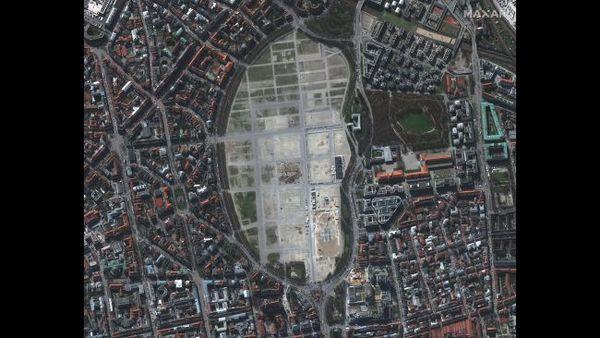 """منطقة لإجراء اختبار كورونا بداخل السيارة أُنشِئَت على أرض مهرجان """"أوكتوبرفست"""" في ميونخ في ألمانيا، في 19 مارس/آذار 2020."""