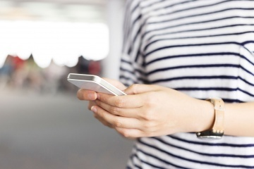 """""""هاتفك الذكي من روابطك الأساسية بـIoT. حقوق الصورة: ZHUDIFENG/ISTOCKPHOTO.))"""