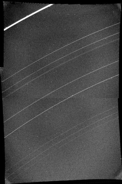 تمكنت مركبة فوياجر 2 من رصد حلقات زحل الواسعة جداً، حيث نجحت في اكتشاف حلقتين لم تكونا معروفتين في السابق.   المصدر: NASA/JPL-Caltech