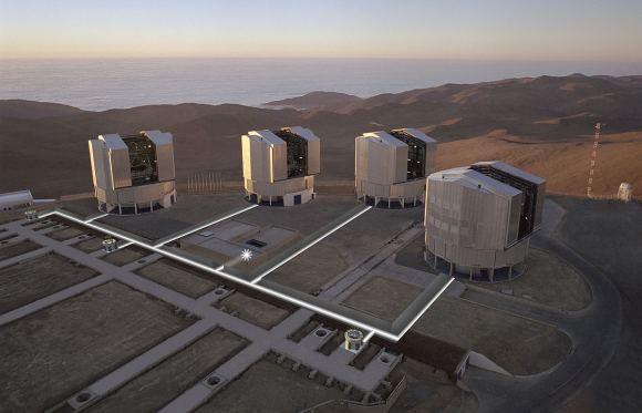صورة: صورة توضح التلسكوبات الأربعة التي تُشكل مقراب المرصد الأوروبي الجنوبي العظيم، في مرصد البارانال بأمريكا الجنوبية. حقوق الصورة:ESO/H.H.Heyer [CC BY 4.0 (http://creativecommons.org/licenses/by/4.0)], via Wikimedia Commons