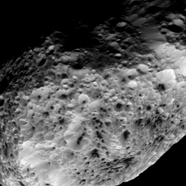 قام العلماء في مَهمّة كاسيني التابعة لناسا بمعالجة هذه الصورة لقمر زحل (هايبريون)، حيث تم التقاطها أثناء التحليق بالمقربة منه في 31 أيار- مايو 2015. المصدر: ناسا/مختبر الدفع النفاث-معهد كاليفورنيا للتقنية/معهد علوم الفضاء.