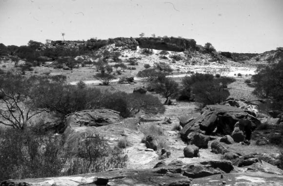 """صورة لجبل """"ماغنيت"""" في المنطقة الوسطى من """"يلغارن كراتون"""" في غرب أستراليا، والذي يعود تاريخه إلى العصر ما قبل الكمبري. المصدر:geomorphologie.revues.org"""