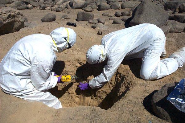 العلماء يجمعون عينات من صحراء أكاتما حقوق الصورة: ((NASA Ames Research Center