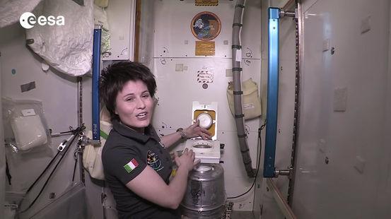 الحمام في محطة الفضاء الدولية