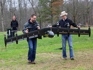 المهندسان ديفيد وبيل يحملان الطائرة في أحد إختبارات الطيران