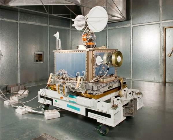 هذه الصورة من وحدة اختبار الاتصالات الفضائية والملاحة التابعة لوكالة ناسا الفضائية. قبل الإطلاق، أُضيف اختبار SCaN إلى محطة الفضاء الدولية لاستخدامه حاليًا لإجراء تجارب متنوعة بهدف تطوير التقنيات الأخرى وتقليل المخاطر على البعثات الفضائية الأخرى، وزيادة القدرات الاستيعابية للبعثات المستقبلية. المصدر: NASA