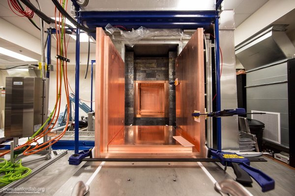 """يتكون الغلاف النحاسي الداخلي لتجربة ماجورانا المساعدة في الواقع من طبقتين من النحاس. الطبقة الخارجية هي أنقى النحاس الذي يمكن شراؤه تجارياً، والطبقة الداخلية من النحاس هي الأنقى في العالم. والذي """"استحصل"""" بواسطة التشكيل الكهربائي في باطن الأرض مختبر في سانفورد. الحقوق: Matthew Kapust, Sanford Underground Research Facility, © South Dakota Science and Technology Authority"""