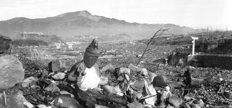 ناجازاكي في اليابان في 24 سبتمبر/أيلول 1945 بعد ستة أسابيع من تدمير المدينة بواسطة ثاني قنبلة ذرية في العالم. المصدر: العريف لين ووكر جونير (مشاة البحرية) - وزارة الدفاع. Cpl. Lynn P. Walker, Jr. (Marine Corps) - DOD