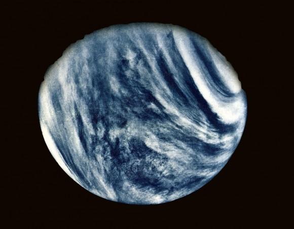 الخامس من شباط/فبراير عام 1974، التقطت مارينر 10 هذه الصورة الأولى للزهرة أثناء استفادتها من جاذبيته لرفع سرعتها.  المصدر: Nasa