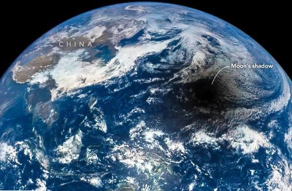 يظهر القمر الملقي ظلاله على الأرض في كسوف كلي للشمس كما يُشاهَد من الفضاء، ويتقدم الكسوف الشمسي الكلي من الغرب إلى الشرق بينما يرتفع القمر من الشرق ويغرب في الغرب. حقوق الصورة: .NASA/DSCOVR-EPIC Team