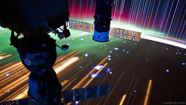 يمكن رؤية القسم الروسي من محطة الفضاء الدولية في مقدمة صورة درب النجوم هذه.