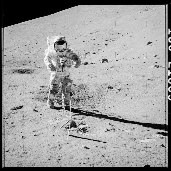 صورة لرائد الفضاء يوجين سيرنان من بعثة أبولو 17 القمرية، وهو يمشي على القمر استعدادا لجمع العينات 73001 و 73002 في المحطة رقم 3، بتاريخ 12 كانون الأول/ديسمبر 1972. حقوق الصورة: ناس