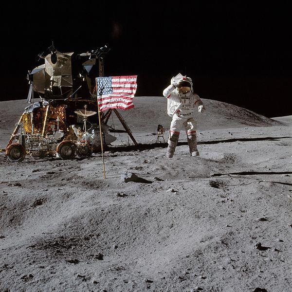 جون يونج يقوم بأداء التحية للعلم الأمريكي على سطح القمر. المصدر: ناسا