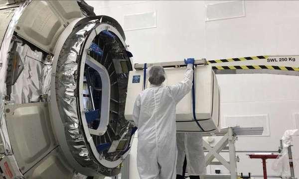يُحمَّل مختبر الذرة الباردة (CAL) المعبأ في طبقة واقية على مركبة تابعة لشركة نورثروب غرومان Northrop Grumman لرحلتها إلى محطة الفضاء الدولية، أُطلِق المرفق في أيار/مايو 2018 من مرفق الطيران Wallops التابع لناسا في ولاية فرجينيا. حقوق الصورة: NASA/Northrop Grumman