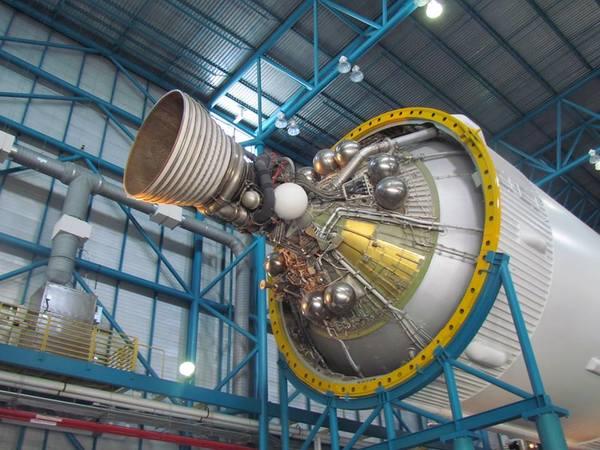 المرحلة الثانية من صاروخ ساترن الخامس بمحركها الصاروخي الأوحد