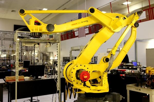 يعمل العلماء والمهندسون في مختبر أعمال مستنقع مركز كنيدي للفضاء على تطوير المفاهيم الروبوتية لبناء الهياكل على سطح القمر أو المريخ، مع التركيز على استخدام الموارد في الموقع، أو العيش بعيدا عن الأرض. يُمكن أن تكون هذه الذراع الآلية أساسا لنظام لبناء الملاجئ الأساسية للمستكشفين في المستقبل.