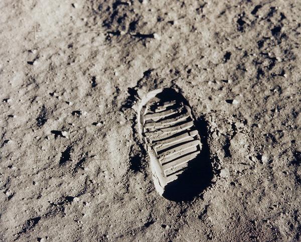 أثر قدم على الثرى القمري تم تصويره خلال بعثة أبولو 11 عام 1969. المصدر: ناسا