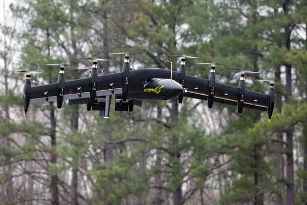 في وقت سابق من هذه السنة، قام باحثون من ناسا ولانغلي بتجربة نموذج طائرة دون طيار اسمه البرق المدهون (Greased Lightning) أو اختصارًا GL-10، في حصن أمبروز باول هيل (A.P. Hill) في ولاية فرجينيا. حقوق الصورة: ناسا/ دافيد بومان.