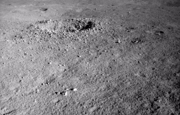 عثر Yutu-2 على مادةٍ غريبة الألوان في فوهة نيزكية على الجانب الآخر من القمر. حقوق الصورة (China Lunar Exploration Project)