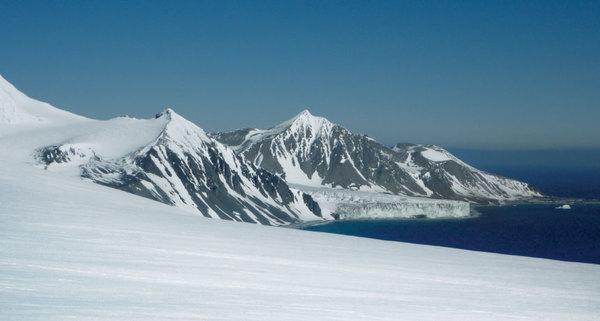 كوارث مناخية CLIMATE CALAMITIES .  في حين تضعف طبقات الجليد التي تغطي شبه الجزيرة الجنوبية للقطب الجنوبي، تتدفّق الأنهار الجليدية بشكل أسرع نحو البحر. ويُظهر بحثٌ أُجري مؤخرًا تغيرات كبيرة وغير مسبوقة في البيئة ككل.  تعود ملكية الصورة لـِ : ALBA MARTIN-ESPAÑOL
