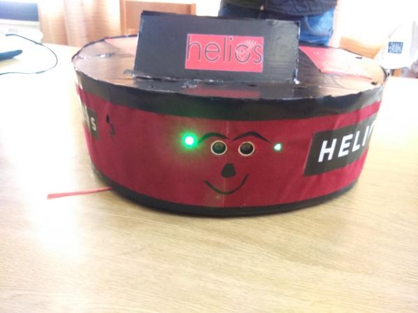 صمم الطالب علي شحود روبوت تنظيف منزلي helios smart cleaner يتمز بكونه صغير الحجم ويمكنه الوصول للأماكن المنخفضة  والضيقة والصعبة ويعمل على البطاريات ويمكن التحكم به بسهولة عن طريق تطبيق للجوال