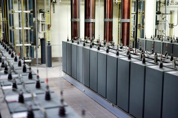 ناندا غونزانغ Nanda Gonzague لمجلة كوانتا Quanta مخزن ذو 600 مكثفة يوفر الطاقة للمغناطيس الضخم في تولوز