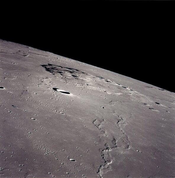 صورة لسطح القمر التقطها رواد فضاء مهمة أبولو 15 التابعة لناسا عام 1971. ستهبط تشانغ آه 5 في هذه المنطقة. حقوق الصورة: NASA