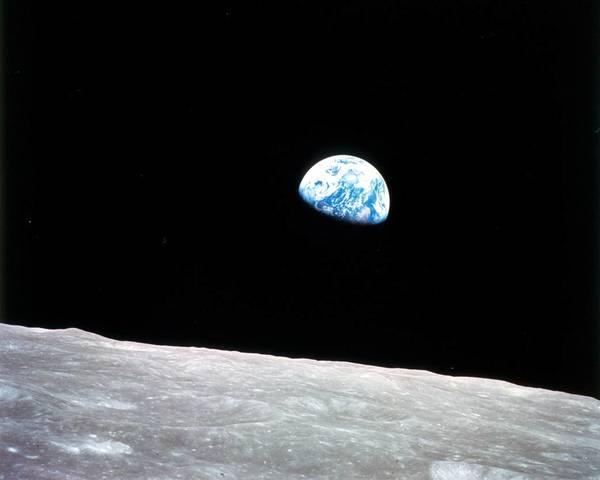 """التقط بيل أندرس هذه الصورة الشهيرة المُسمى """"شروق الأرض earthrise"""" بعد دوران مركبة أبولو 8 حول الجانب البعيد من القمر. حقوق الصورة: NASA"""