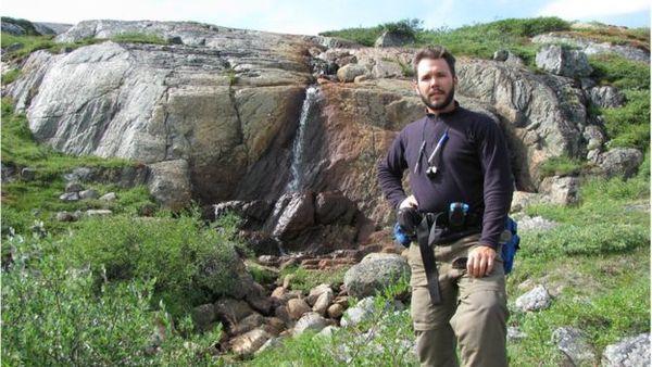 اكتشف دومينيك بابينو الأحافير في منطقةٍ في مقاطعة كيبيك والتي كانت تغطيها مياه البحر قبل مليارات السنين. حقوق الصورة: DOMINIC PAPINEAU