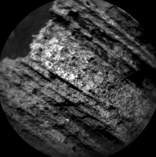 """توضح الصورة البنية التفصيلية للصخرة الهدف المعروفة بـ """"Yellowjacket"""" الموجودة على قمة شارب في المريخ. Credits: NASA/JPL-Caltech/LANL/CNES/IRAP/LPGNantes/CNRS/IAS"""