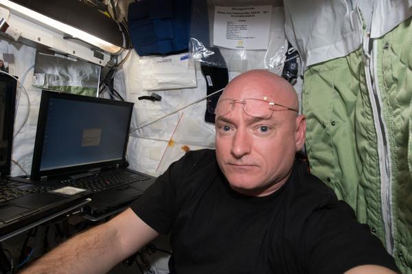 رائد الفضاء في وكالة ناسا سكوت كيلي بعد وصوله إلى محطة الفضاء الدولية ليبدأ مكوثه لمده عامٍ في الفضاء