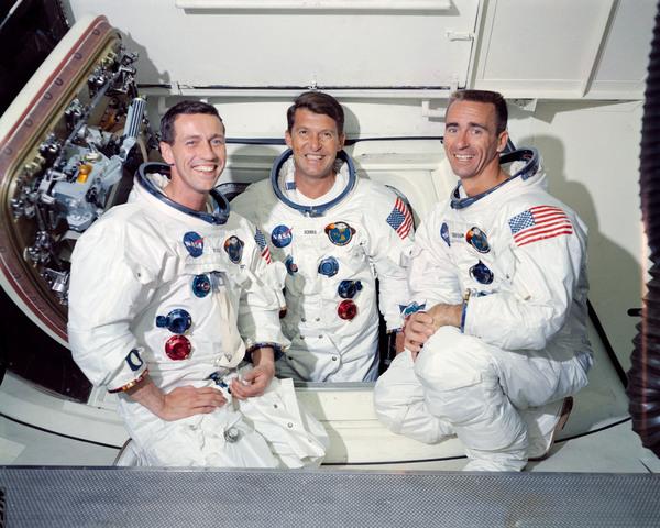 طاقم أبولو 7 الأساسي، حيث يظهر من اليسار إلى اليمين رواد الفضاء دون إيزيل، طيار وحدة القيادة، ووالتر شيرا، القائد، ووالتر كننغهام، طائر مركبة الهبوط على القمر.  حقوق الصورة: NASA