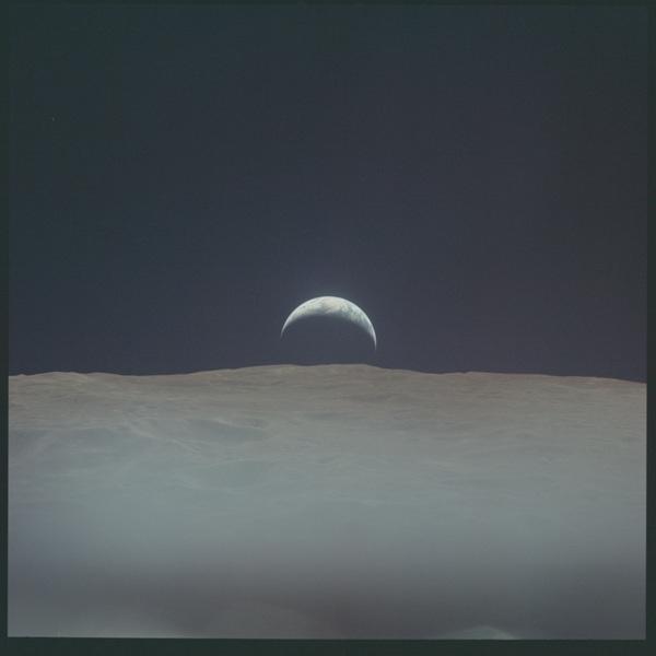 مشهدٌ لشروق الأرض من على سطح القمر التقطتها عدسات كاميرات رحلة أبولو 12 المصدر: ناسا/مركز جونسون للفضاء