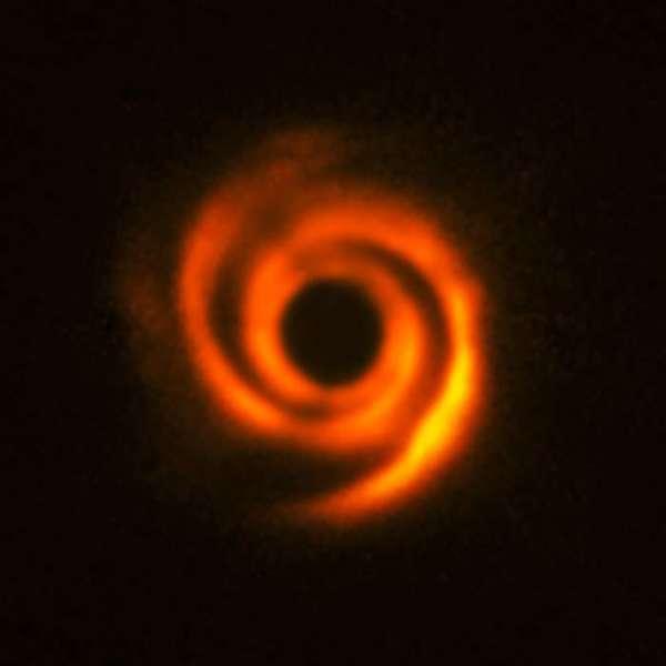 يتمتع القرص الكوكبي HD 135344B بهيكلٍ حلزوني، نظراً لتشكل كواكبٍ خارجية (أي خارج المجموعة الشمسية) ضخمة.   المصدر: ESO/T. Stolker et al.