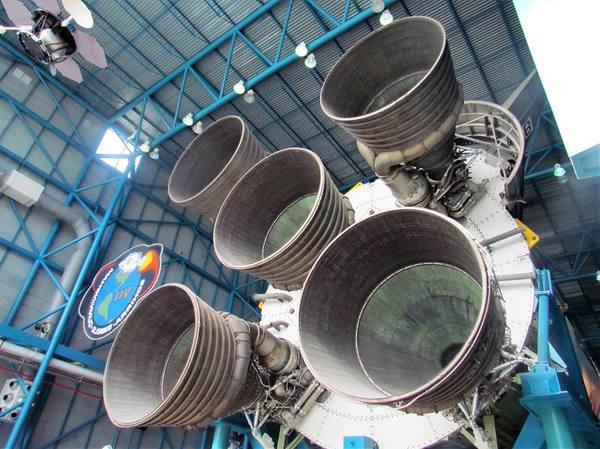 المحركات الصاروخية الخمسة من مرحلة الإحتراق الأولى للصاروخ ساترن الخامس