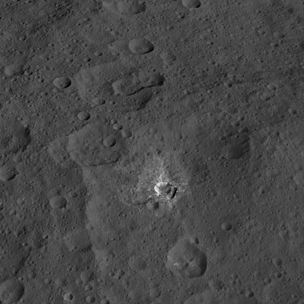 هذه الصورة التقطتها المركبة الفضائية دون التابعة لوكالة ناسا، حيث تظهر فيها فوة تدعة بفوهة أوكسو Oxo، والتي يبلغ قطرها حوالي 6 أميال (9 كم).  المصدر: NASA/JPL-Caltech/UCLA/MPS/DLR/IDA