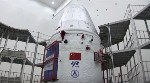 صورة كبسولة الفضاء الصينية الجديدة المُخصصة للرحلات المأهولة أثناء تحضيرها للرحلة التجريبية غير المأهولة على تمن صاروخ لونج مارش 5 بي. انطلقت الكبسولة في 5 مايو/أيار 2020. (حقوق الصورة: CCTV)