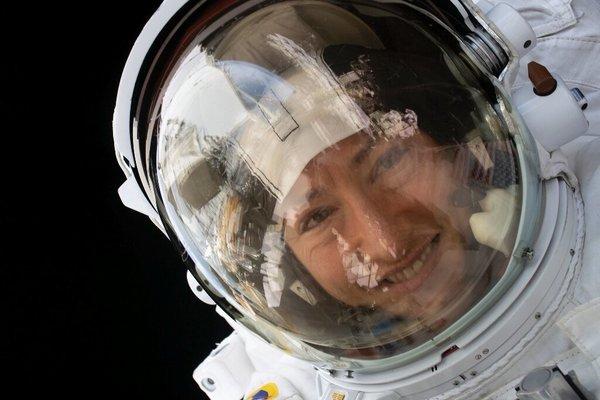 كريستينا كوك أثناء مشاركتها في عملية سير فضائية في 15 يناير/كانون الثاني 2020. حقوق الصورة: ناسا