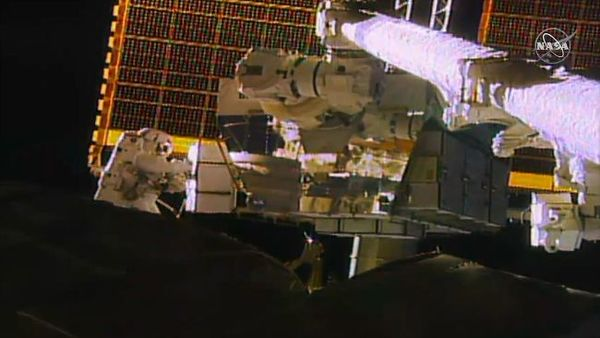 في هذه الصورة، تحمل رائدة الفضاء جيسيكا ماير (على اليسار) بطارية ليثيوم أيون بديلة لتثبيتها على الجمالون الموجود على جانب منفذ محطة الفضاء الدولية خلال عملية السير الفضائية الثانية مع كريستينا كوك يوم الأربعاء (15 يناير/كانون الثاني 2020). حقوق الصورة: NASA TV
