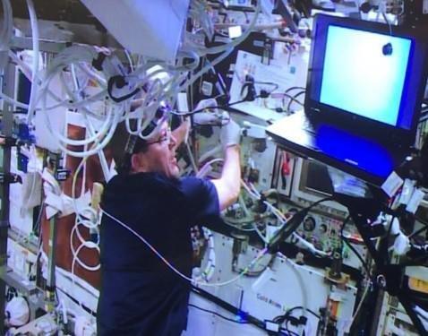 يساعد رائد الفضاء ريكي أرنولد في تركيب مختبر الذرة الباردة (CAL) التابع لوكالة ناسا على محطة الفضاء الدولية. حقوق الصورة: NASA / JPL-Caltech