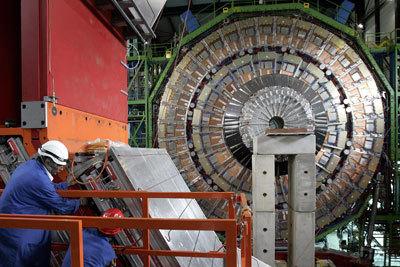 عملية بناء مصادم الهادرونات الكبير . حقوق الصورة : Fabrice/Coffini/AFB/Getty Images