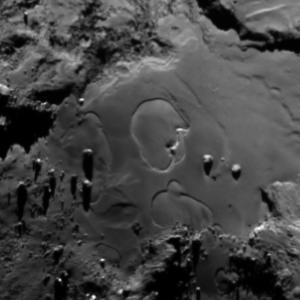 صورة منطقة إمحوتب على سطح المذنب 67P/C-G بتاريخ 27 يونيو/حزيران 2015.  المصدر: ESA/Rosetta/MPS for OSIRIS Team MPS/UPD/LAM/IAA/SSO/INTA/UPM/DASP/IDA