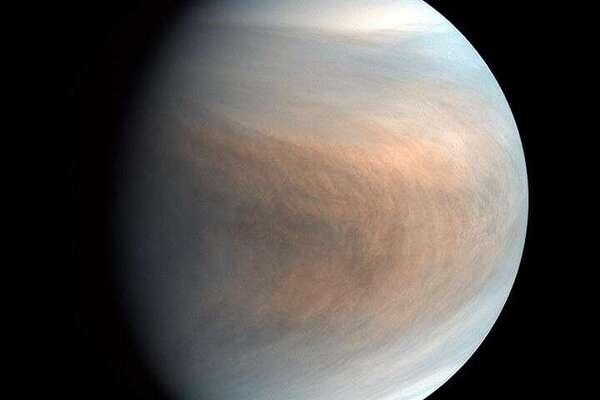 صورة ذات ألوان زائفة false colour لكوكب الزهرة، جُمّعت باستخدام صور ذات نطاق موجي يساوي 283 نانومتر و365 نانومتر التُقطت بواسطة جهاز تصوير الزهرة في نطاق الأشعة فوق البنفسجية (UVI). حقوق الصورة: JAXA / ISAS / Akatsuki Project Team