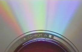 الأخاديد الموجودة على قرص السي دي عرضها لا يتعدى الـ 0.5 ميكرومتر ولكن تُشكل حاجز انعراج جيد، وينتج عن ذلك نمط تداخل ملتو.