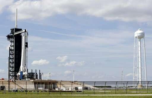 صورةٌ لصاروخ فالكون 9 التابع لشركة سبيس أكس وعلى متنه كبسولة دراغون الاختبارية 1 المخصصة للطاقم قبل انطلاق أول رحلةٍ تجريبيةٍ لها من منصة إطلاق 39A، يوم الجمعة، 1 مارس/آذار، 2019. انطلقت الكبسولة فجر يوم السبت.  حقوق الصورة: AP Photo/Terry Renna