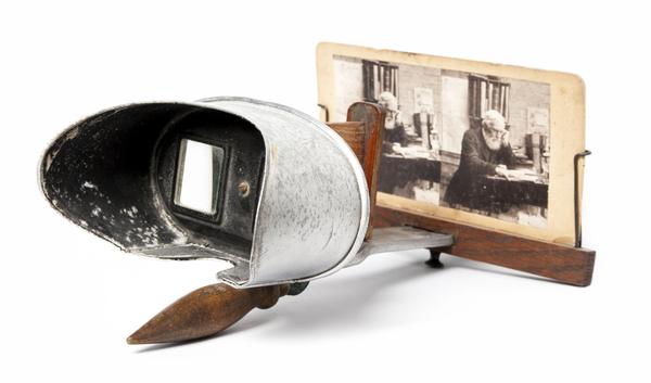 المنظار المجسِّم stereoscope هو أداة تستخدم صورتين مأخوذتين عن زاويتين متباينتين قليلاً. عندما تتم رؤيتهما بوساطة العدستين، تندمج الصورتان في صورة ثلاثية الأبعاد. المصدر: prophoto14 / Shutterstock
